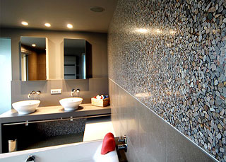 Stones design wanden in badkamer.